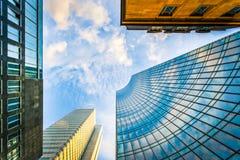 Gratte-ciel modernes au district des affaires au coucher du soleil image stock