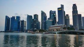 Gratte-ciel modernes chez Marina Bay Waterfront Promenade banque de vidéos
