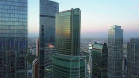 Gratte-ciel modernes de bureau au centre d'affaires de ville, aérien banque de vidéos