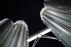 Gratte-ciel modernes de construction la nuit Images libres de droits