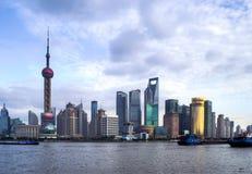 Gratte-ciel par le fleuve Huangpu photographie stock libre de droits
