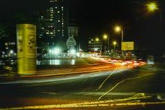 Gratte-ciel rouge de fenêtre de maison de laser d'ampoule de nuit de rue de Timeexposure de ville de Messplatz Mannheim vieux photos stock