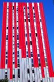 Gratte-ciel rouge et ciel bleu, Espagne photographie stock