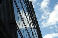 gratte-ciel se reflétant de ciel Image libre de droits