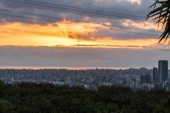 Gratte-ciel sous le beau coucher du soleil à Beyrouth images libres de droits