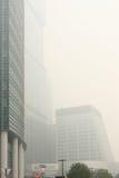 Gratte-ciel sous le brouillard enfumé lourd Photographie stock