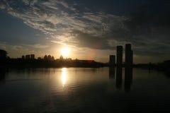 Gratte-ciel sur le coucher du soleil Photo libre de droits