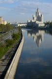 Gratte-ciel sur le quai de fleuve Image stock