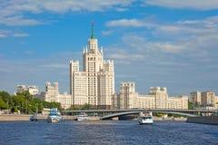 Gratte-ciel sur le remblai de Kotelnicheskaya à Moscou Photographie stock libre de droits
