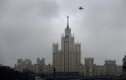 Gratte-ciel sur le remblai de Kotelnicheskaya à Moscou Images libres de droits