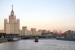 Gratte-ciel sur le remblai de Kotelnicheskaya, Moscou, Russie photographie stock libre de droits