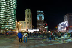 Gratte-ciel sur Postadmer Platz à l'éclairage de nuit Photo stock