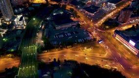 Gratte-ciel unique de ville d'Iekaterinbourg de survol en Russie en dehors de Moscou Illumination égalisante colorée de nuit Elts banque de vidéos
