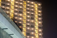 Grattoir de ciel avec les lumières d'or dans Noida Photo stock