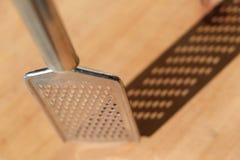 Grattugia del metallo con ombra immagine stock