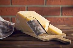Grattugia e parmigiano del formaggio Fotografie Stock