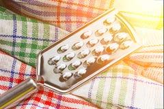 Grattugia sugli utensili di cucina di una cucina dell'asciugamano tinto Immagine Stock Libera da Diritti
