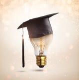 gratulacje absolwentów nakrętka na lampowej żarówce, pojęcie educati Fotografia Royalty Free