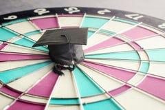 gratulacje absolwentów nakrętka na dartboard edukaci celu conc Obrazy Stock