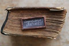 Gratulacje absolwentów rocznik i tekst rezerwujemy na starym stole Obrazy Stock