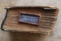 Gratulacje absolwentów rocznik i tekst rezerwujemy na stole Zdjęcie Royalty Free