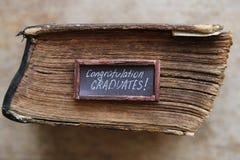 Gratulacje absolwentów tekst i rocznik książka Zdjęcia Stock