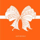 Gratulacje karciany wszystkiego najlepszego z okazji urodzin, biały ornamentacyjny łęk na jaskrawym czerwonym tle, wektor Fotografia Stock