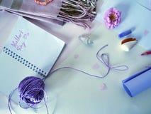 Gratulacje na Macierzystym ` s dniu, biała koperta, notatnik, menchia kwitną i seashells Obraz Royalty Free