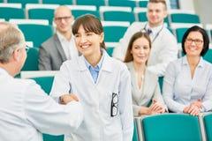 Gratulacje uścisk dłoni między lekarką i uczniem zdjęcia stock