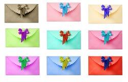 Gratulacyjna koperta z łękiem. Różni kolory. Zdjęcia Stock