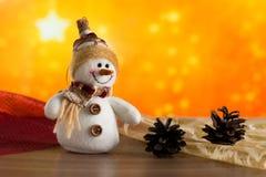Gratulerar den felika snögubben för jul Arkivfoto