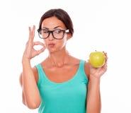 Gratulowanie brunetki kobieta z jabłkiem zdjęcia stock