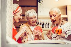 Grau-angestellte Damen, die stilvolle Ausstattungen tragen und aktiv zusammen spielen stockbilder