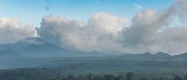 Grau-blaue Wolke im blauen Himmel hing über dem Horizont über Stockbild