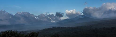 Grau-blaue Wolken im blauen Himmel, der vorbei über dem Horizont schwebt Stockfoto