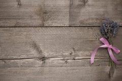 Grau des hölzernen Brettes, mit Lavendel Stockbilder