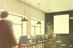 Grau sitzt Café mit einem Plakat vor, in Verlegenheit bringen getont Lizenzfreies Stockbild