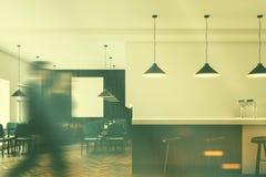 Grau sitzt Caféinnenraum mit einem Plakat vor, der getonten Stange Stockbilder