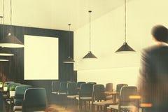 Grau sitzt Caféinnenraum mit einer getonten Plakatseite vor Stockfotografie