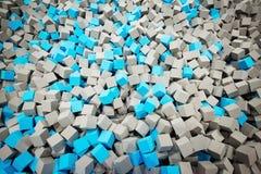 Grau und blaue Schaumwürfel in der Schaumgrube stock abbildung