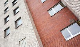 Grau und Wände des roten Backsteins mit Fenstern Lizenzfreies Stockfoto