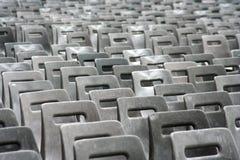 Graubraune Stühle Stockfotos
