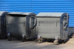 Graue Abfallbehälter auf der Stadtstraße Stockfoto