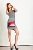 Graue Abnutzung des Mulattemädchens mit roter Handtasche lizenzfreies stockbild