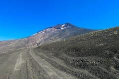 Graue Asche auf der Straße zum Vulkan Stockfotos