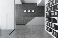 Graue Aufnahme in einer Bürolobby Stockbilder
