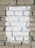 Graue Backsteinmauer mit weißem gemaltem Viereck stockfotografie