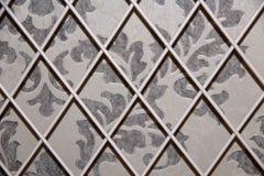 Graue beige Abdeckung weißer Grillmuster Tapete Stockbilder