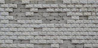 Graue Betonblockwandbeschaffenheit mit gebrochener Oberfläche Lizenzfreies Stockfoto