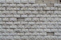 Graue Betonblockwandbeschaffenheit mit gebrochener Oberfläche Lizenzfreie Stockbilder